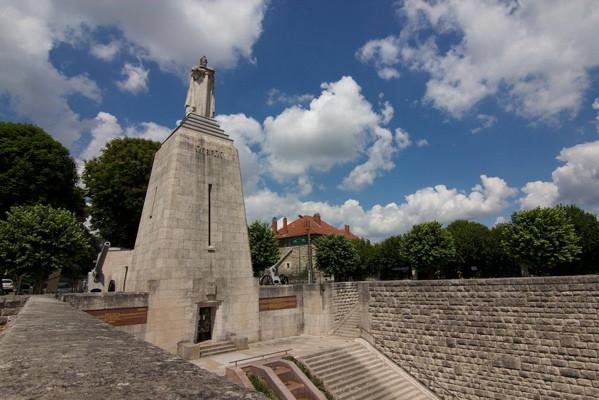 monument-a-la-victoire-vu-des-remparts-1780